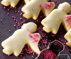 Mit jedem Engel erfüllt sich ein Wunsch nach feinem Gebäck mit zitroniger Glasur. Angel Cookies, Biscuits, Small Spoon, Pastry Brushes, Shaped Cookie, Very Merry Christmas, Birthday Cookies, Cookies Ingredients, Christmas Cookies