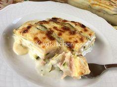 La parmigiana bianca di zucchine è un secondo piatto delizioso a base di zucchine tagliate a fette, prosciutto cotto, formaggio e besciamella
