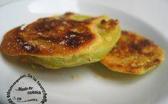 Au Québec, on mange les tomates vertes en tranches enrobées de farine de maïs. En Provence, il existe les beignets de légumes! Voici un mélange des deux avec une petite touche personnelle... la bière et les épices! En apéro... ça passe super bien!