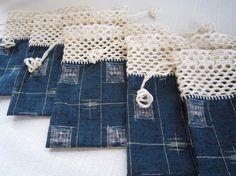 【N様オーダー作品】です。紬に白い糸で網目模様のふち編みをし、巾着を作りました。袋部分は紬の反物からとり、手縫いしました。同じものを5つです。|ハンドメイド、手作り、手仕事品の通販・販売・購入ならCreema。