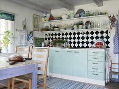 Vid renoveringen satte ägarna in   ett nytt kök,   Nexus från Ikea, som numera är målat grönt.   Öppna...