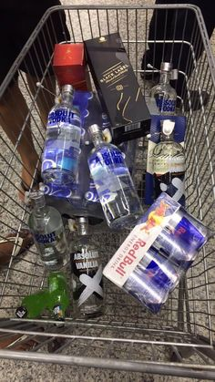 44 Trendy Party Look Alcohol Party Drinks Alcohol, Alcoholic Drinks, Vodka Drinks, Blue Curacao, Rauch Fotografie, Alcohol Aesthetic, Absolut Vodka, Vodka Martini, Partying Hard
