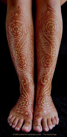 Add sparkle to your Mehndi! Leg Mehndi, Henna Mehndi, Henna Body Art, Henna Art, Bridal Mehndi Designs, Mehandi Designs, Henna Tattoos, I Tattoo, Gold Henna