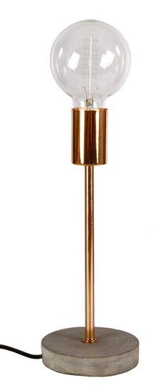 Lampa stołowa , nowoczesna do wnętrz urządzonych w stylu futurystycznym oraz nowoczesnym. Podstawa lampy wykonana z betonu. Ramię lampy metalowe w kolorze mosiądzu. Idealna jako lampa na komodę, stolik lub do gabinetu. Kabel o długości 1,5 m. w kolorze czarnym. Sprzedawana bez żarówki.