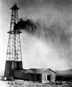 Dammam No. the first commercial oil well in Saudi Arabia, struck oil on 4 March 1938 Oilfield Trash, Arabian Peninsula, Oil Industry, Oil Rig, The Beautiful Country, Oil And Gas, Islamic Art, Historical Photos, Old Photos