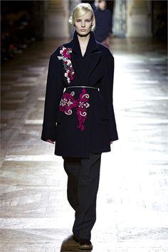 Guarda la sfilata di moda Dries Van Noten a Parigi e scopri la collezione di abiti e accessori per la stagione Collezioni Autunno Inverno 2013-14.