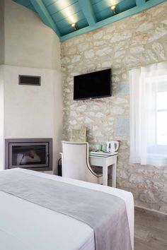 About a year ago, an old building of 1858 was transformed into a olea traditional guesthouse that combines all contemporary comforts. Greek House, Old Building, Greeks, Traditional, Contemporary, Country, Home Decor, Decoration Home, Rural Area