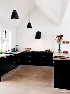 Det mørke køkken og træbordpladen spiller rigtig godt sammen. Det kan jeg godt li.