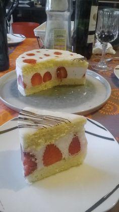 Un petit dessert léger pour terminer un repas avec style. Pas de crème mousseline pour ce fraisier, mais une simple mousse à la crème de coco relevée de citron vert. J'aurais pu parfumer la génoise avec du beurre de coco également, mais j'avais peur que cela fasse trop, alors elle …