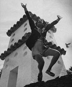 Dalí....  mezcla  rara  de  penultimo  linyera   ............  y  una  banderita de taxi  libre  en  cada  mano  .......  Okiduky