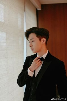 EXO's Lay made a rare public appearance in Korea as an actor for the 2018 Busan International Film Festival, where he looked exactly like prince charming. Chanyeol, Kyungsoo, Lay Exo, Kris Wu, Kai, Yixing Exo, Exo Official, Exo Ot12, Kim Junmyeon