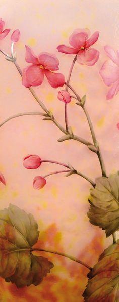 DAUM NANCY Important vase de forme balustre à corps ovoïde et col étranglé évasé en verre doublé à décor dégagé à l'acide et rehaussé d'émaux de motifs floraux dans les tons roses, bruns et verts sur fond marmoréen givré rose nuancé jaune. Signé «Daum Nancy». Vers 1910. H : 34 cm