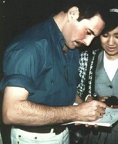 Freddie signing autographs for his fans Roger Taylor, Queen Love, We Will Rock You, Queen Freddie Mercury, Wattpad, Queen Band, John Deacon, Rock Legends, Drummers