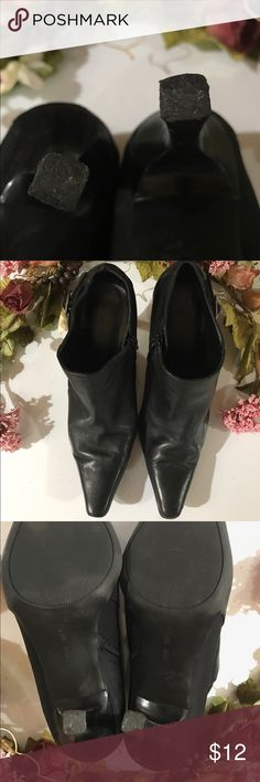 🐿 Nine West bootie Black bootie size 8.5 with 2 inch heel pointed toe and zipper on the side excellent used condition heels do have slight wear but not noticeable. 🐶🚭 Nine West Shoes Ankle Boots & Booties