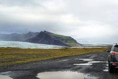 Mystische Landschaften, geothermisch aktive Gebiete, dichter Nebel und pechschwarze Strände. Wir sind 3 Wochen auf einem Roadtrip mit Zelt und Mietwagen durch Island unterwegs und erkunden die Sehenswürdigkeiten entlang der Ringstraße und das karge Hochland. Roadtrip, Island, Mountains, Nature, Travel, Poet, Mists, Landscapes, Explore