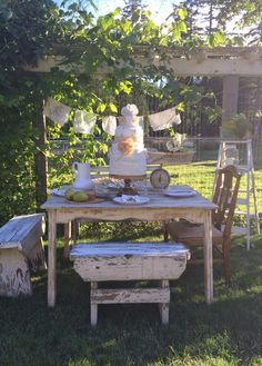 Little Farmstead: A Country Summer Table Setting. Outdoor Tables, Outdoor Spaces, Outdoor Decor, Picnic Tables, Outdoor Ideas, Shabby Cottage, Shabby Chic, Backyard Retreat, Primitive Furniture