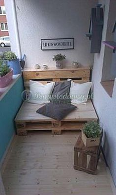 Home OfficeBalcony design is unconditionally important for the see of the house. There are thus many pretty ideas for balcony design. Here are many of the best balcony design. Tiny Furniture, Balcony Furniture, Pallet Furniture, Furniture Ideas, Pallet Bench, Pallet Seating, Garden Furniture, Apartment Balcony Decorating, Apartment Living