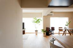 日当たりや風通しの良さを活かした開放的な間取り。#U様邸菊名 #リビング #ダイニング #日当たり良好 #インテリア #EcoDeco #エコデコ #リノベーション #renovation #東京 #福岡 #福岡リノベーション #福岡設計事務所 Conference Room, Divider, Interior, Table, Furniture, Home Decor, Decoration Home, Indoor, Room Decor