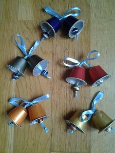 More than 55 million coffee pods are thrown away every single day. Here are some ideas on how to repurpose in many creative ways your Nespresso capsules, don't throw them away! Christmas Crafts For Kids, Christmas Activities, Christmas Art, Christmas Projects, Holiday Crafts, Dosette Nespresso, K Cup Crafts, Christmas Bells, Christmas Ornaments