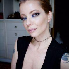 Julia Petit mistura tons de beringela e batom nude em look para o último dia da semana de ...