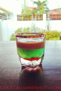 For the Fallen Froggie shot recipe first pour the midori into a shot glass.Carefully float the bailey's on top of the midori.Add 2 to 5 drops of grenadine. #FallenFroggieShot #grenadine #FallenFroggie Halloween Shots, Easy Halloween, Easy Shot Recipes, Easy Shots, Vodka Shots, Tipsy Bartender, Alcohol Recipes, Baileys, 2 Ingredients