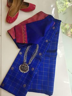 style your jewellery - Saree and necklace Simple Blouse Designs, Saree Blouse Neck Designs, Stylish Blouse Design, Blouse Patterns, Skirt Patterns, Coat Patterns, Sewing Patterns, Saree Tassels Designs, Saree Trends