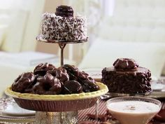 Mini Chocolate Cake Centerpieces : Decorate chocolate cakes with pecans, shredded coconut and macadamia nuts for a delicious, chocolatey spread. via Food Network Mini Cakes, Cupcake Cakes, Sweet Recipes, Cake Recipes, Dessert Recipes, Mini Chocolate Cake, Chocolate Desserts, Cake Centerpieces, Wedding Centerpieces