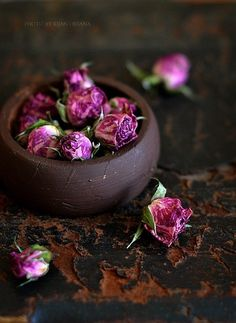 The use of the rose is far and varied. It has a long history in its use in folk remedies, especially in the area of skincare.Especially valuable for dry, sensitive or aging skin.