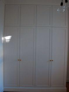 Garderobsdörrar spegelluckor läderhandtag