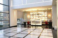 Mármol y luminosidad para recibir a todos nuestros huéspedes en la recepción del hotel.    #travel #hotel #lobby