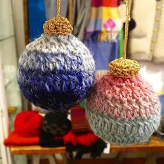 Tonight I've been perfecting my crochet Christmas baubles using up even the tiniest scraps of yarn leftover from knitting our @chelacheknits scarves and hats. Thank you @familytree_shop for hosting yet another fun and cosy #knitKnight !