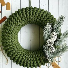 Na obrázku může být: rostlina Christmas Wreaths, Merry Christmas, Christmas Decorations, Holiday Decor, Crochet Decoration, Advent, Natural Christmas, Knitting Accessories, Burlap Wreath