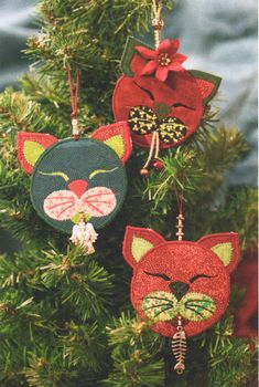 Cranberries – the quintessential Christmas decoration. Strands of cranberries strung with popcorn have been gracing Christmas trees since the Victorian era. Start a new Christmas tradition with these Felt Christmas Decorations, Felt Christmas Ornaments, Noel Christmas, Christmas Cats, Handmade Christmas, Amazon Christmas, Christmas Music, Christmas Stocking, Christmas Projects