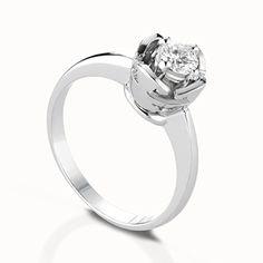 Anello solitario in oro bianco con castone maschietto e femminuccia modello cestino in oro bianco e diamante da ct 0,10 G VS a ct 1,00 F IF. Personalizzabile con l'incisione del nome. #lebebe #solitario #oro #diamanti
