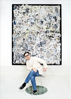 Restaurateur Michael Chow with his own artwork by Eric Madigan Heck for W magazine, January -Wmag Boho Fashion Winter, Art Basel Miami, Fashion Photography Poses, Summer Stripes, Studio Shoot, Background For Photography, Vintage Vogue, Chow Chow, Vintage Pictures