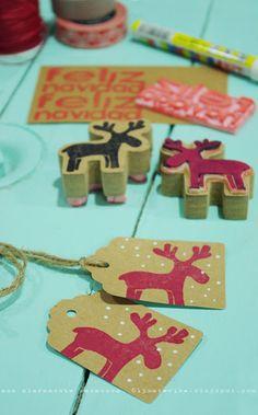 Etiquetas regalos navidad estampadas con sellos. Hay más soluciones en la misma página