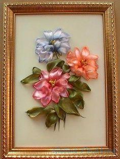 ÇİÇEKLİ PANOLAR ~ Kurdela Dünyası Ribbon Embroidery Tutorial, Hand Embroidery Stitches, Silk Ribbon Embroidery, Embroidery Designs, Satin Flowers, Fabric Flowers, Creation Deco, Ribbon Art, Creations