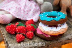 Great Felt Food How Tos.. make gorgeous Strawberries and Donuts!