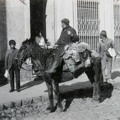 1875. A caballo. El lechero repartidor de leche en una de sus paradas. Los vendedores ambulantes recorrían la antigua Buenos Aires ofreciendo sus productos a viva voz.