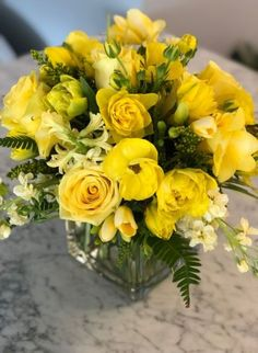 42 ideas flowers bouquet yellow floral design for 2019 Yellow Flower Centerpieces, Yellow Flower Arrangements, Yellow Bouquets, Yellow Flowers, Floral Flowers, Amazing Flowers, Beautiful Flowers, Photo Bouquet, Flower Box Gift