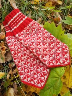 Finely Hand Knitted Estonian Mittens in Red and White FREE SHIPPING warm and windproof