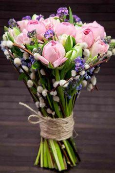 fleurs mariage romantiques - un bouquet de tulipes en rose pâle et branches de saule de chat