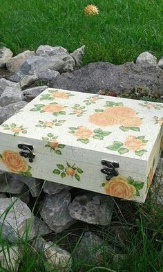 Yellow rose tea,jewelry box.Box was painted then a crackle finish was applied then decoupage and lastly sealed.It is both decorative and functional and it is a perfect present for every tea drinker,a lovely gift for you mom and granny or just for you.30eur
