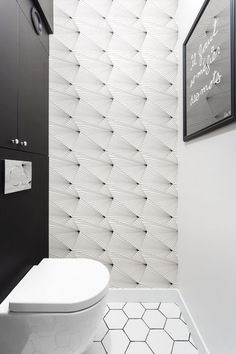 A bright and harmonious family duplex. In the toilet, wallpaper Fan Erica Wakerly in black and white on sale at Au fil des Couleurs. Photo credit: Carole Sertillanges Source by aufildescouleurs Wc Design, House Design, Graphic Design, Wallpaper Toilet, Paris 11e, Black And White Wallpaper, Tiny Bathrooms, Hexagon Tiles, Paris Apartments