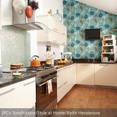 Eine Küche lässt sich mithilfe einer Motivtapete nach eigenem Geschmack individuell gestalten. So erhält die klassische Küche das gewisse Extra. Ein…