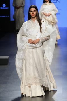 37 Ideas Dress Indian Casual Couture Week For 2019 India Fashion Week, Lakme Fashion Week, Indian Look, Indian Ethnic Wear, Indian Fashion Trends, Asian Fashion, Indian Dresses, Indian Outfits, Indian Clothes