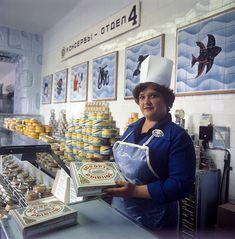 """В рыбном магазине «Нептун». Мурманск. Фото: Андрей Соломонов, 1981 год.In the fish shop """"Neptune"""". Murmansk. Photo: Andrei Solomonov, 1981."""