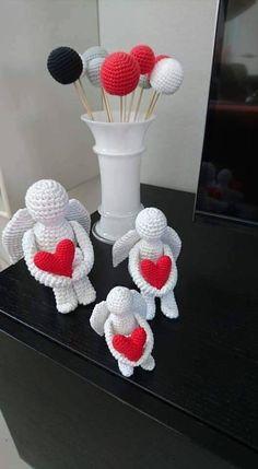 Opskrift til hæklede engle af Annette Heintze. De 3 engle er hæklet efter samme opskrift. I henholdsvis 1 tråd, 2 tråde og 3 tråde bomuld.