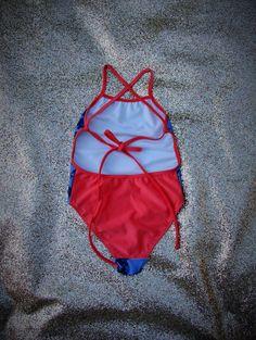 Trikini de niña. De lycra tricot. Delantero estampado. Breteles regulables con moño en la espalda. Espalda y breteles lisos a contratono. Combinación Rosa hawaii- Azul,  Azul hawaii-Coral, Verde Hawaii-Rojo. T2-T14 Bikinis, Coral, Red, Blue Nails, Green, Baby Girl Swimsuit, Swimsuits, Sporty, Bikini