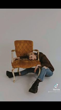 #howtopose #poses #poseideas #posesparafotos #posesparafotografía Studio Photography Poses, Chair Photography, Self Portrait Photography, Portrait Photography Poses, Photography Poses Women, Creative Photography, Kreative Portraits, Chair Pose, Photographie Portrait Inspiration